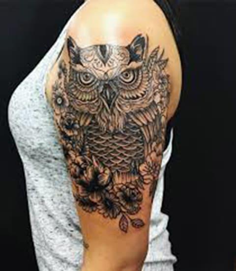 Тату сова у девушки на плече