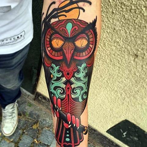 Татуировка с совой на предплечье