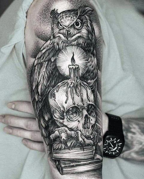 Татуировка с совой, черепом и свечей на руке