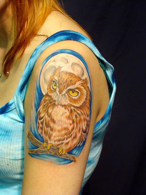 Тату сова на женском плече