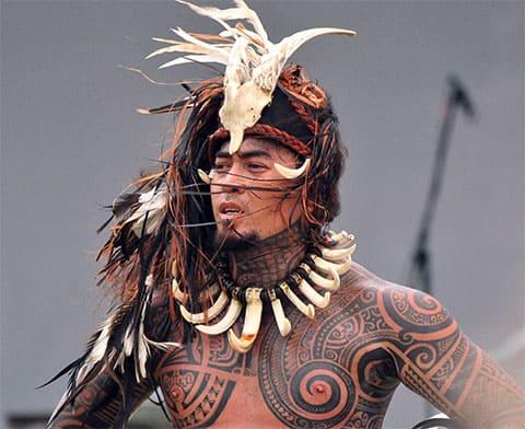 Племенные татуировки на теле индейца