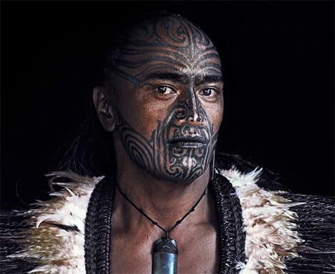 Индеец с племенными татуировками