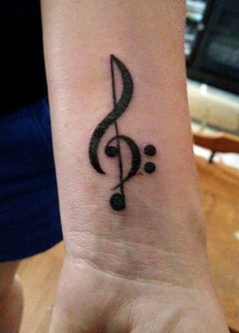 Скрипичный ключ тату на запястье
