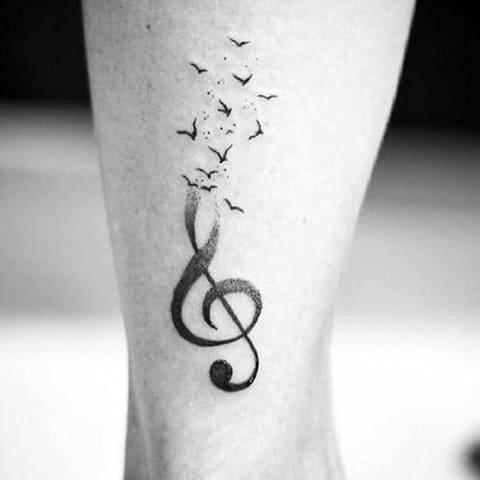 Татуировка скрипичный ключ с птицами
