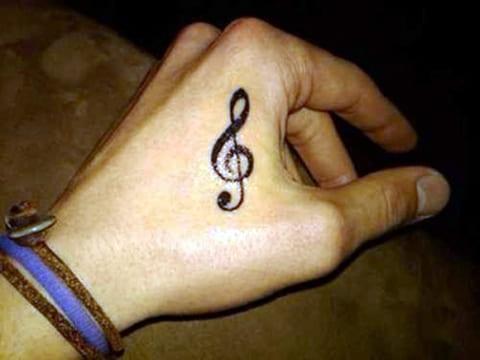 Скрипичный ключ на кисти у мужчины - тату