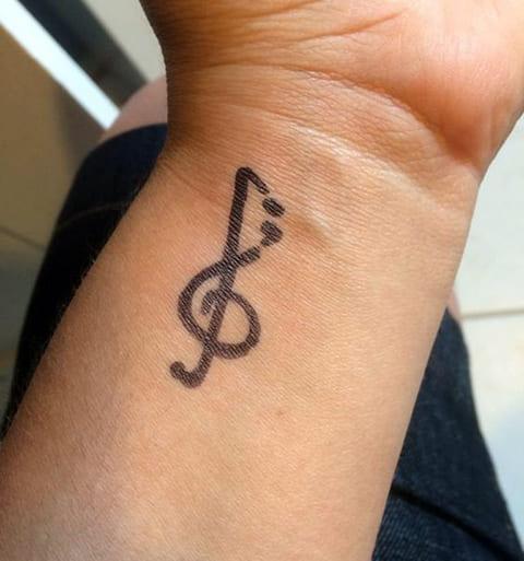 Скрипичный ключ - тату на запястье