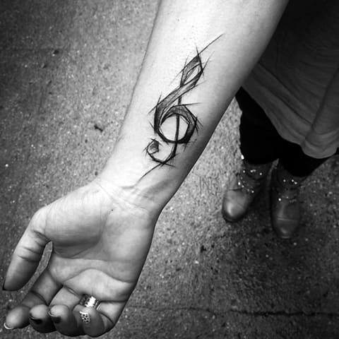 Скрипичный ключ татуировка на руке