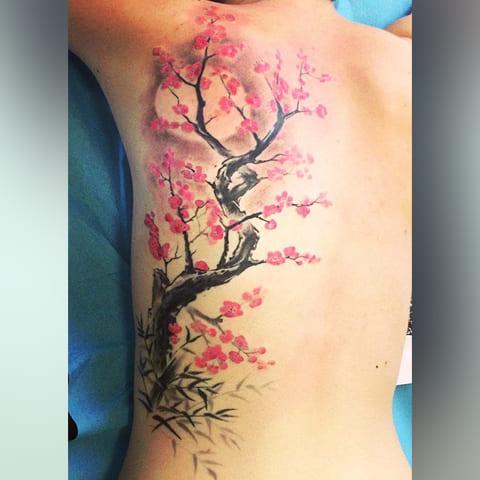 Дерево сакура на спине - фото татуировки