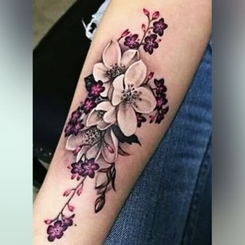 Тату цветки сакуры у девушки на руке
