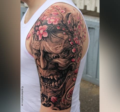 Мужская тату с сакурой на плече
