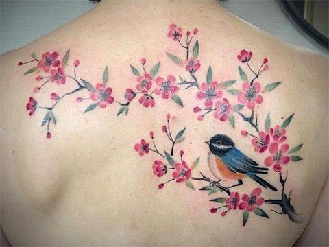 Татуировка с сакурой и птичкой