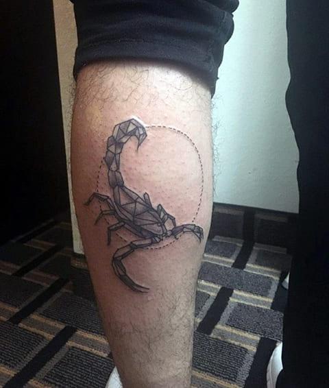 Татуировка скорпиона на ноге у мужчины