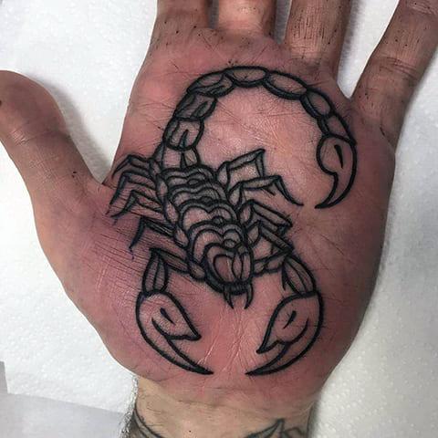 Тату со скорпионом на ладони