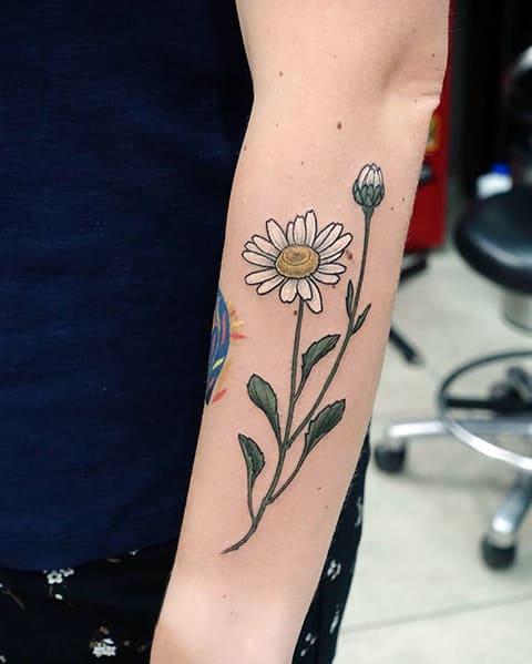 Татуировка ромашка на руке
