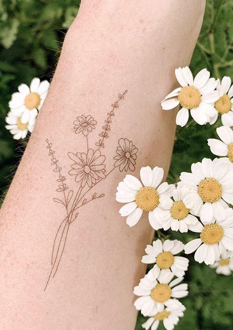 Татуировка на руке ромашка
