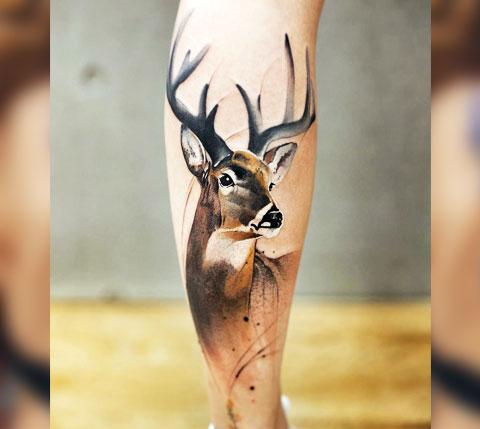 Тату олень на ноге у девушки