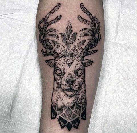 Татуировка с головой оленя на руке - фото