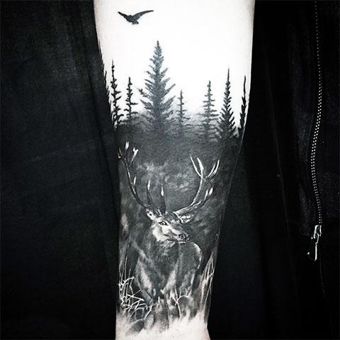 Тату олень в лесу
