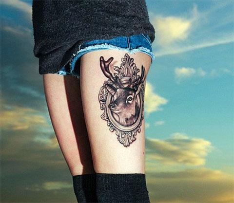 Тату олень в рамке на ноге у девушки - фото