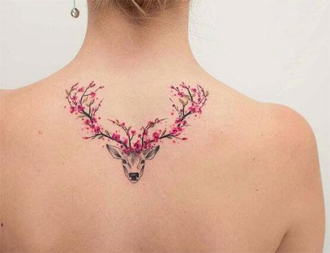 Татуировка голова оленя с цветами в рогах