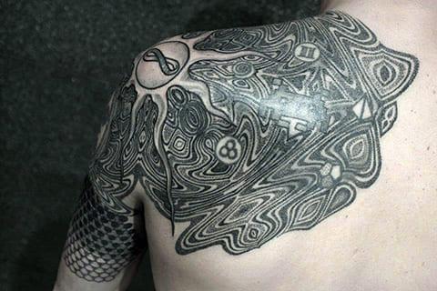 Татуировка в стиле дотворк на плече