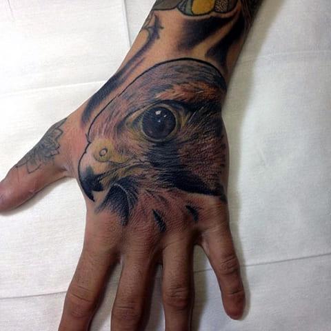Тату орел на кисти руки