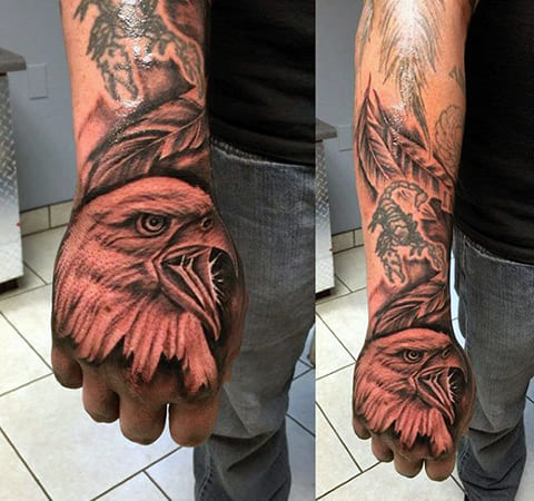 Тату орел на кисти руки у мужчины