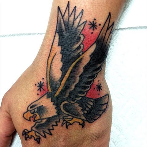 Татуировка с орлом на кисти руки