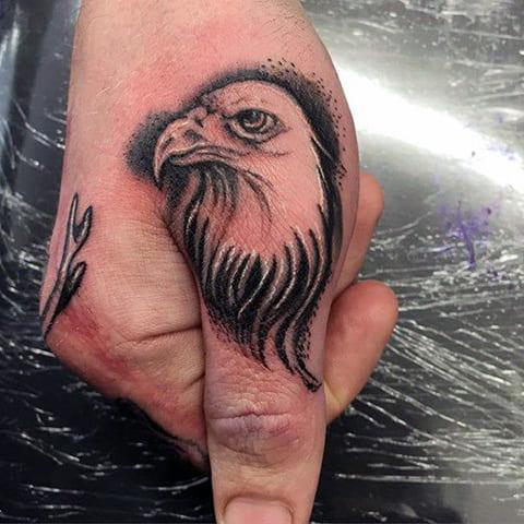 Татуировка орла на большом пальце