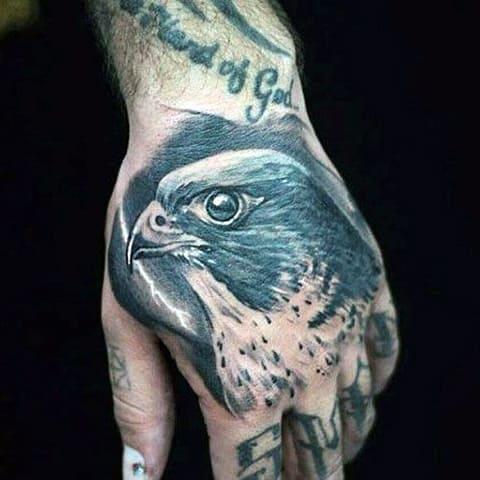 Татуировка с орлом на руке - фото