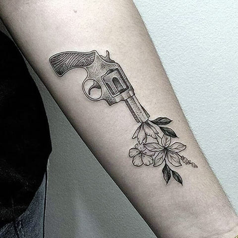 Тату пистолет с цветами на руке