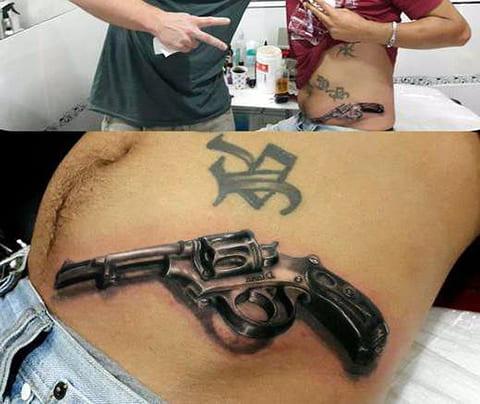 Тату пистолет на животе