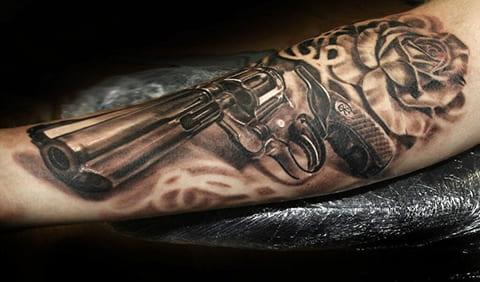 Тату револьвер на руке - фото