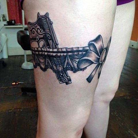 Тату пистолет в подвязке у девушки