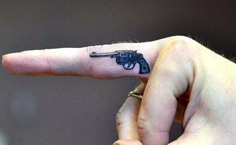 Тату пистолет на пальце