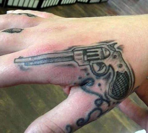 Тату с пистолетом на кисти руки