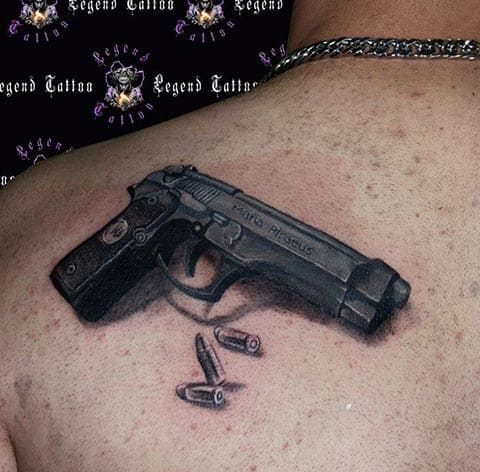 Тату пистолет на лопатке