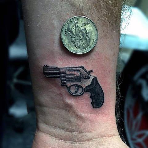 Маленькая татуировка с пистолетом