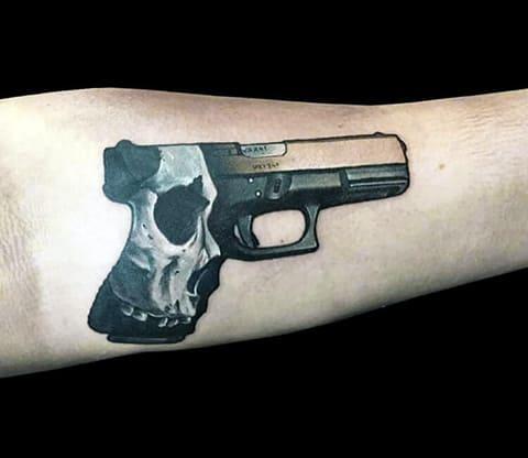 Тату пистолет на руке