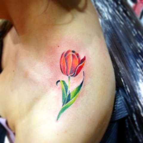 Тату тюльпан на плече