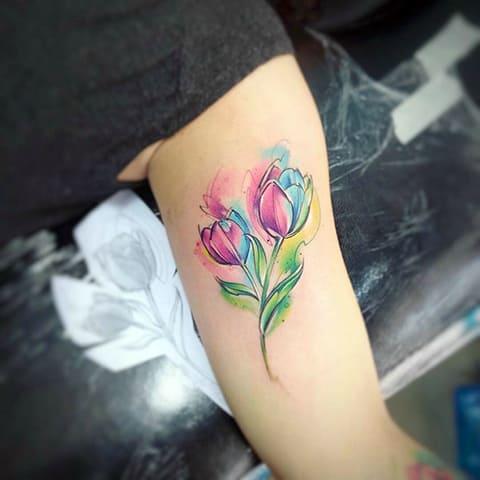 Тату тюльпаны акварель на руке у девушки