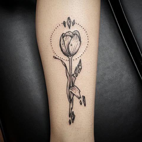 Татуировка тюльпан у девушки