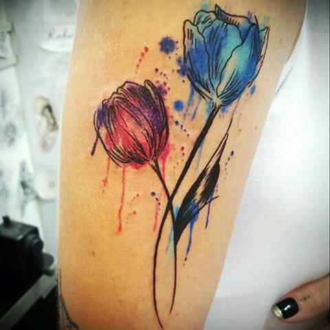 Татуировка тюльпаны акварель у девушки