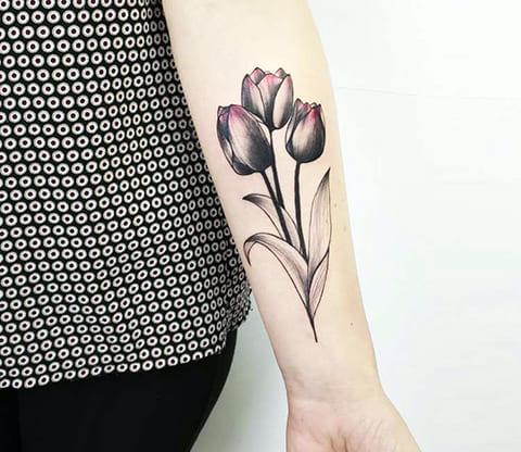 Тату тюльпаны на руке у девушки