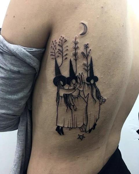 Татуировка с тремя ведьмами на боку