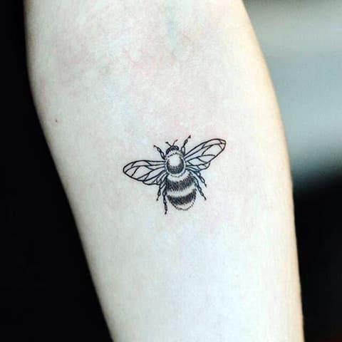 Тату пчела на предплечье