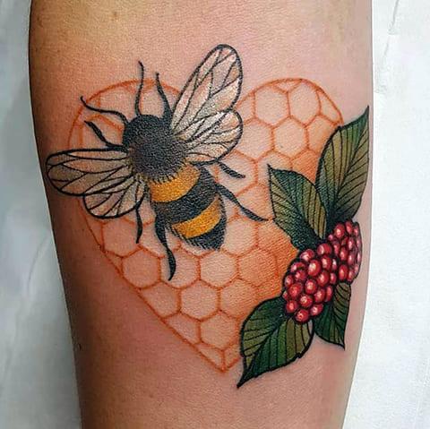 Тату с пчелой