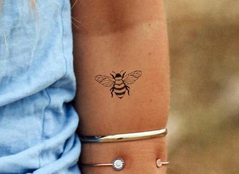 Тату пчела на руке