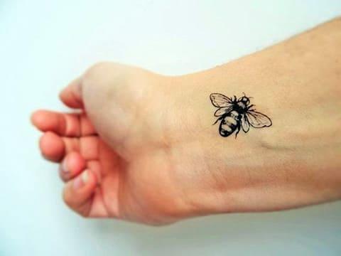 Тату пчела на запястье - фото