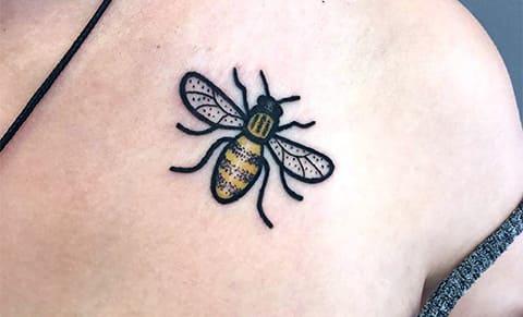 Тату пчела на ключице